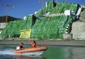 El Algarrobico cubierto de verde por Greenpeace