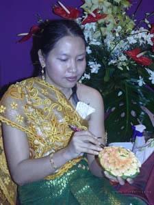 Tailandesa decorando fruta