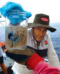 charles Moore con una muestra de agua contaminada