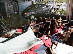 coche arrastrado dentro de un restaurante por las olas