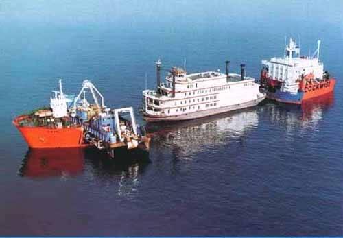 Dockwise, semi-sumergible transportando un barco