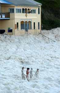 contaminación por espumas en una playa de Sydney