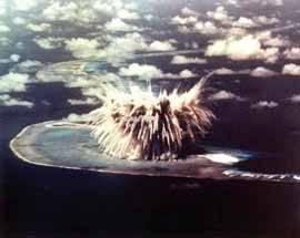 explosión nuclear en un atolón