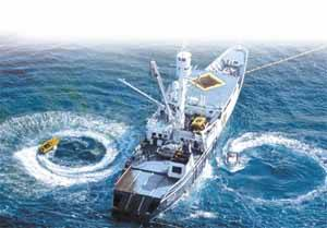 barco capturando atún