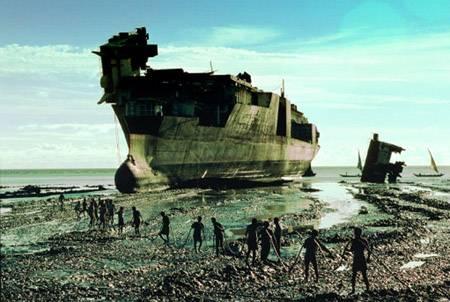 Alang, India - acarrreando un buque
