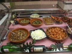 escaparate con platos mediterráneos, casa Celia Peñíscola