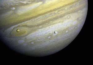 El planeta Jupiter con las lunas Europa e Io