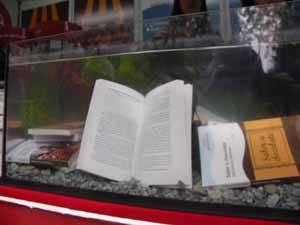 Libros acuáticos sumergidos en un acuario