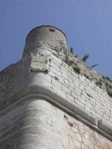 Muralla Peñíscola, con escudo