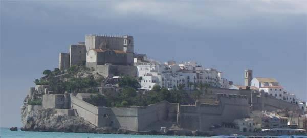 Castillo de Peñíscola en lo alto de la ciudad