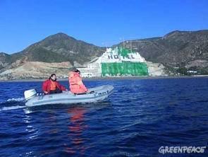 Greenpeace cubre el algarrobico de verde (zodiac)