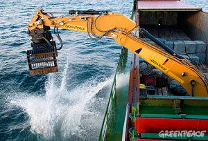Barco de Greenpeace arroja piedras de granito al mar