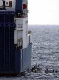barco abordado por piratas en Somalia