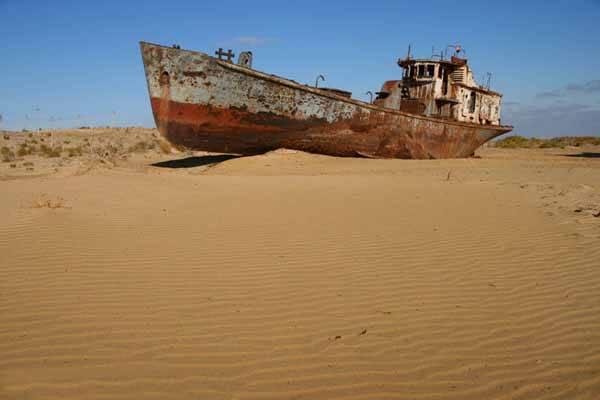 barco en la arena, Mar de Aral