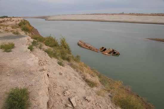 barco semi-hundido en el Mar de Aral