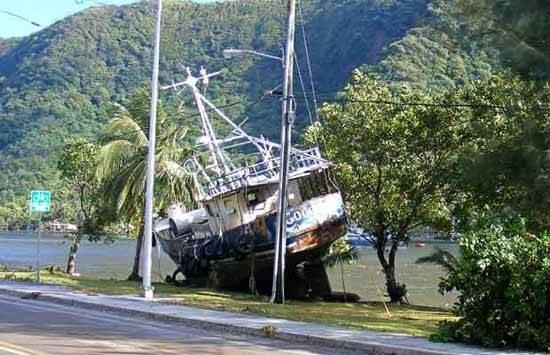barco arrastrado a tierra por el tsunami en Samoa 2009