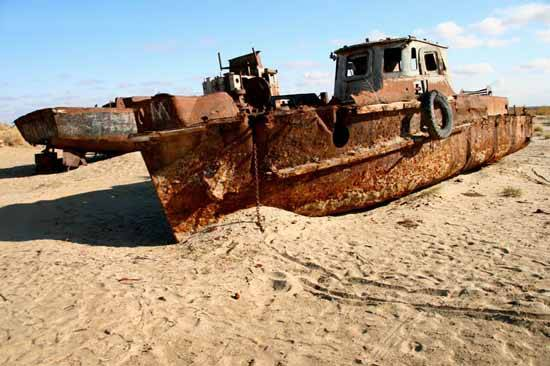 barcos oxidados en el Mar de Aral