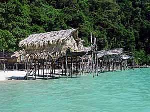 casas de la tribu moken