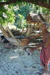 construcción barca tribu moken