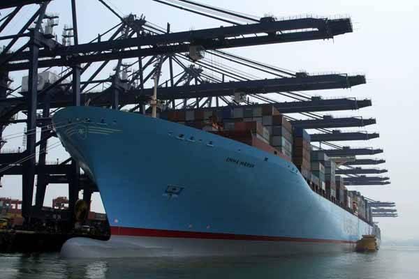 El Emma Maersk cargando contenedores