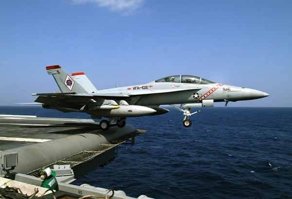 f-18f, despegando de un portaaviones