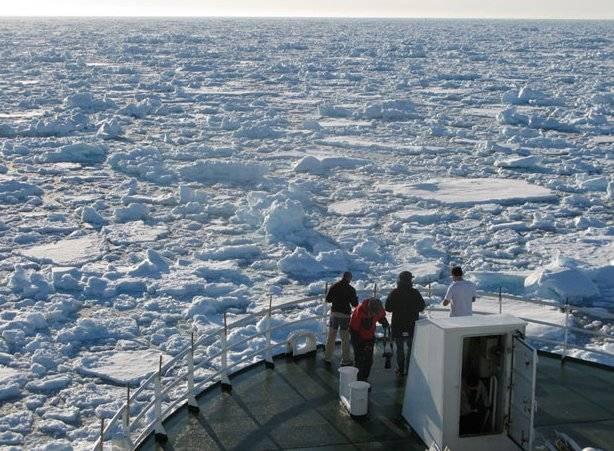El buque Jan Mayen entre los hielos del ártico