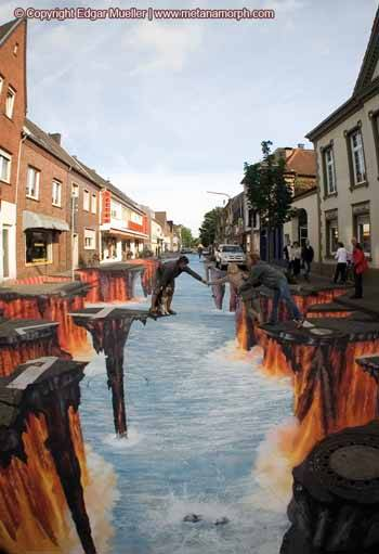 La lava de la calle cae al mar