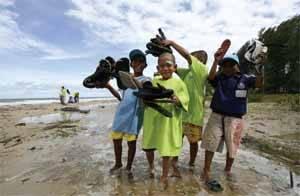limpiando una playa en Thailandia