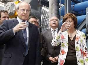 Montillay Espinosa beben agua de la desalinizadora de El Prat