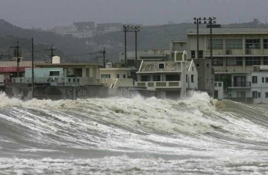 Grandes olas provocadas por el tifón Morakot