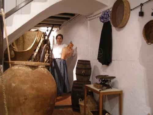Regina del Val durante visita guiada al museo casa tradicional de Peñíscola