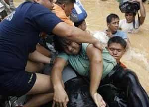 personas rescatadas por el tifón Ketsana en Filipinas