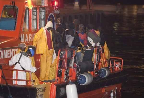 salvamento maritimo con inmigrantes rescatados