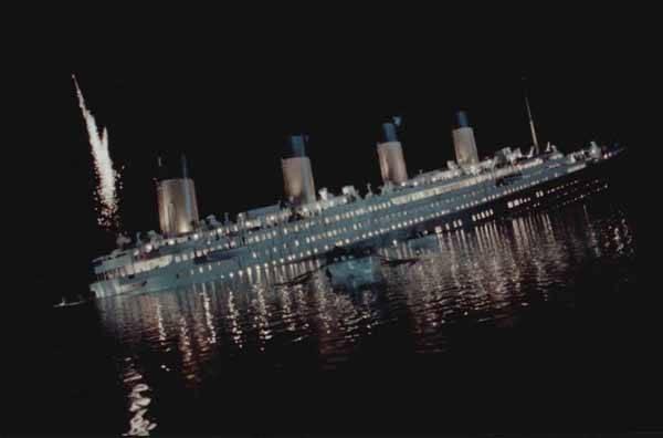El Titanic hundiendose