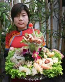Guo Li Zhuang, camarera mostrando un plato