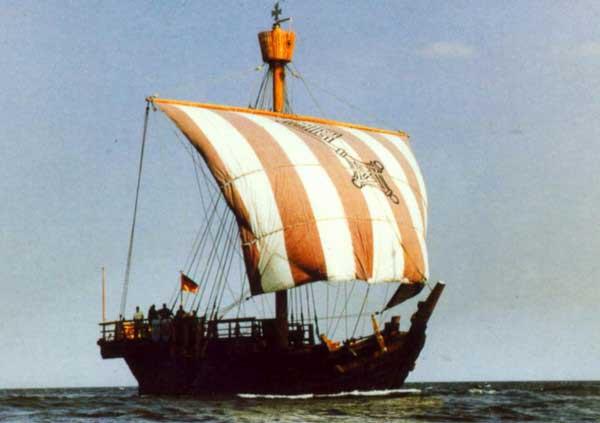 reconstrucción de un cog, antiguo barco vikingo