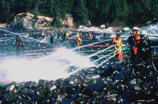 limpieza de petróleo en una playa por el vertido del Exxon Valdez