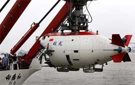 submarino chino Jiaolong levantado por una grúa