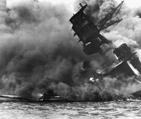 USS Arizona durante el ataque a Pearl Harbor
