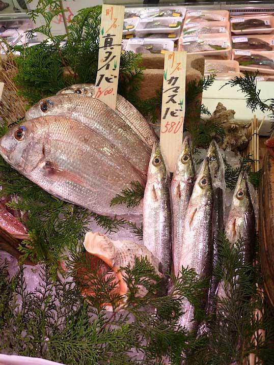 variedad de pescados mercado de Kobe, Japón