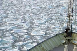 Barco de investigación oceanográfica knorr en el Mar de Islandia