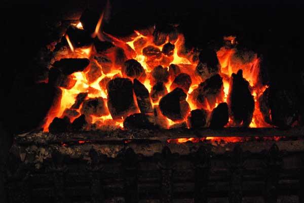 carbón ardiendo en una chimenea en Belfast