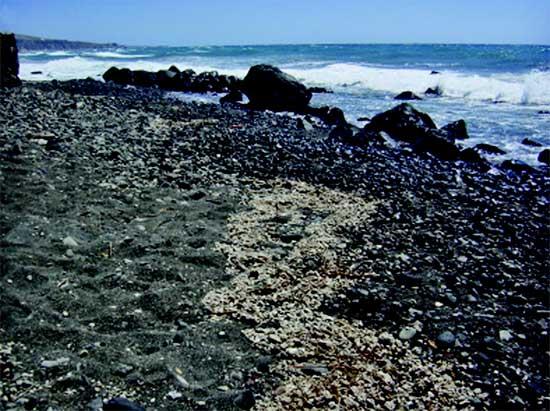 piedra pómez en una playa de la Isla de Santorini