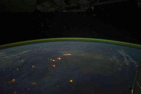 atmósfera oro y verde desde la Estación Espacial Internacional