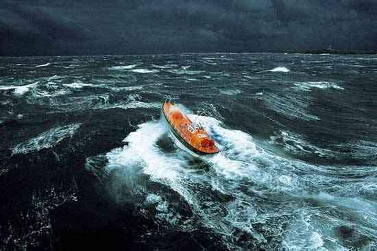 bote salvavidas enmedio de una tormenta