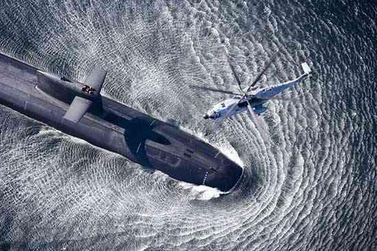 helicóptero sobrevuela a un submarino