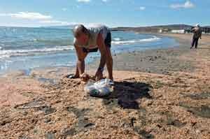 Juan Noda Curbelo recoje camarones en Tuineje