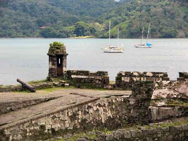ruinas en la Bahía de Portobelo, Panamá