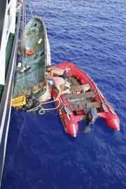SS Pallada recoje un bote arrastrado por el tsunami de Japón