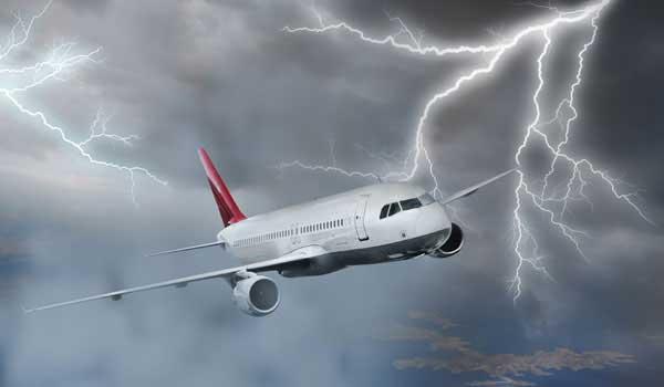 avión atraviesa una tormenta